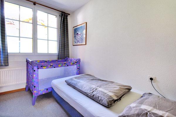 Babybett im Schlafzimmer 2, Wohnung 6.6