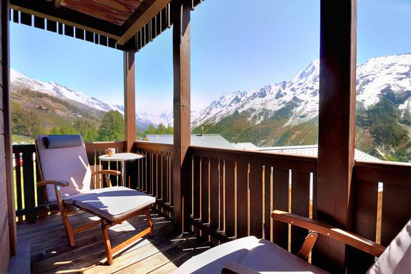 Entspannung im Liegestuhl mit Alpenpanorama, Ost-Blick zur Lötschenlücke und Langgletscher, Sommersaison