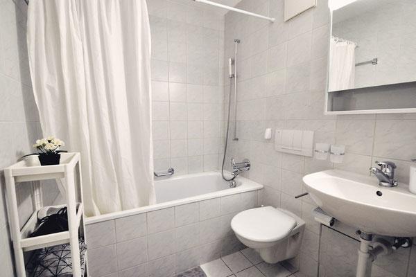 Bad/WC mit Badewanne-Dusche, Wohnung 6.6