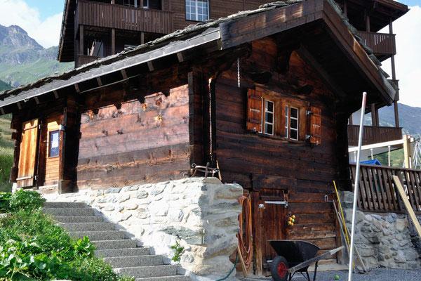 Spielzimmer im eigen Chalet des Alpine Village, links die Treppe hoch