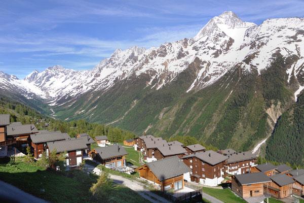 Alpine Village, Lauchernalp im Frühling, Blick von der Seilbahnstation
