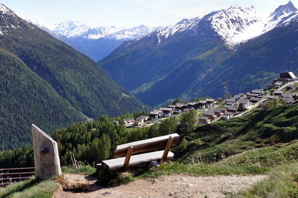 Lötschentaler Höhenweg, Blick auf Lauchernalp mit Alpine Village (Bildmitte)