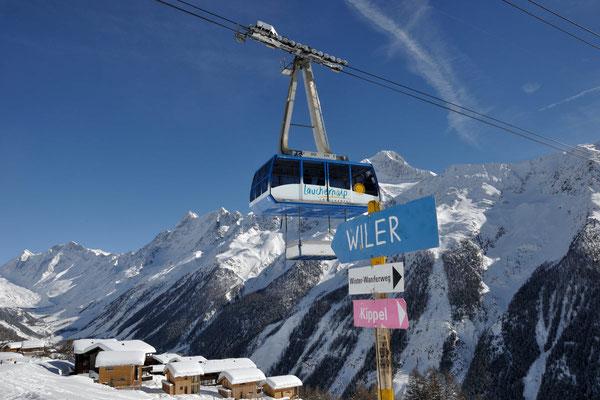 Luftseilbahn Wiler-Lauchernalp, Blick Richtung Alpine Village, dahinter Langgletscher