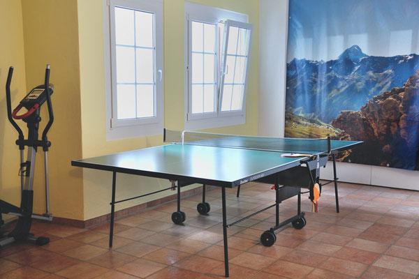 Lauchernalp, Alpine Village, Wohnung 6.6, Tischtennisplatte im Haupthaus