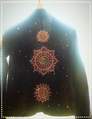 Hier habe ich eine Baumwolljacke mit Ornamenten verziert