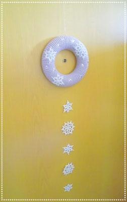 verziert mit selbstgehäkelten Schneeflocken und Streudeko