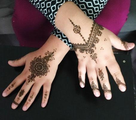 für eine kurdische Hochzeit zwei verschiedene Motive auf den Händen