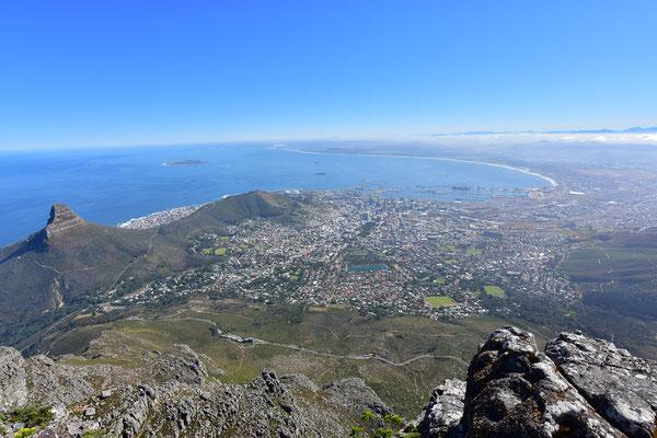 Sicht auf Cape Town, links den Lion's Head und unten die Autoschlangen bei der Talstation