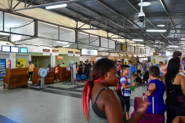 Warten in der Abflughalle in Zanzibar