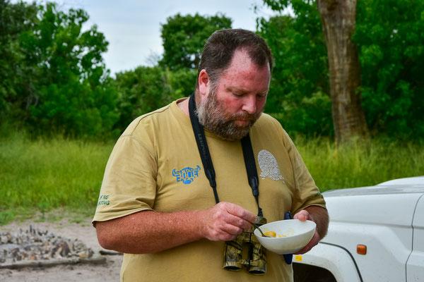 Andrew ist zunächst skeptisch, kann aber immerhin alleine essen :)