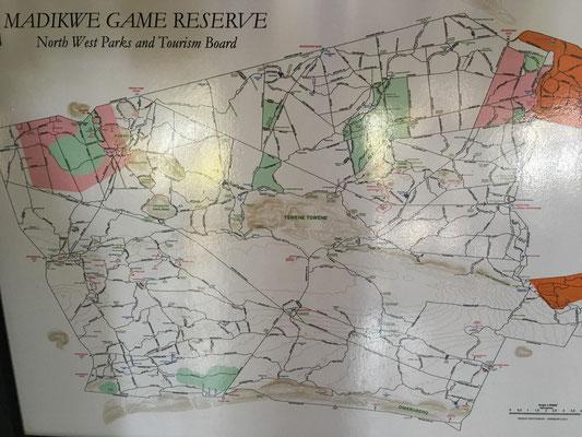 Das Madikwe Game Reserve. Die Motswiri Lodge liegt im mittleren westlichen Bereich und ist die Lodge ganz rechts von der Ansammlung von ca. 10 in diesem Bereich (rote Namen).