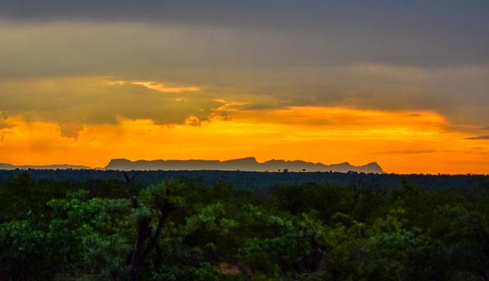 Sicht auf die Drakensberge im Sonnenuntergang
