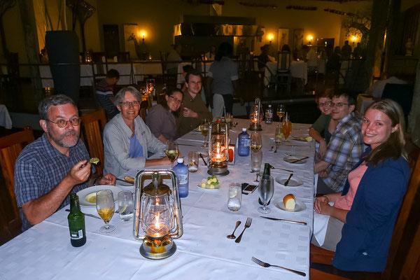 Gemütliches Dinner in der Chobe Bush Lodge während es draussen gewittert