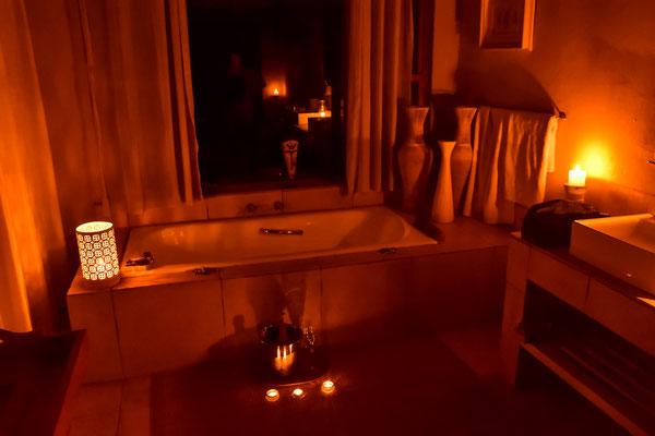 Überraschung im Zimmer: Champagner und Schaumbad im Kerzenlicht