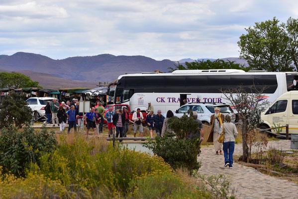Am späteren Nachmittag werden die Touristen in Buslandungen hier abgeladen