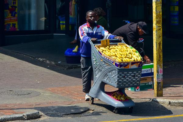 Ein mobiler Händler, 1 Rand pro Banane (~7 Rappen).