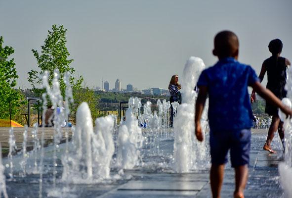 Shopping Mall-Springbrunnen und Sandton-Skyline im Hintergrund