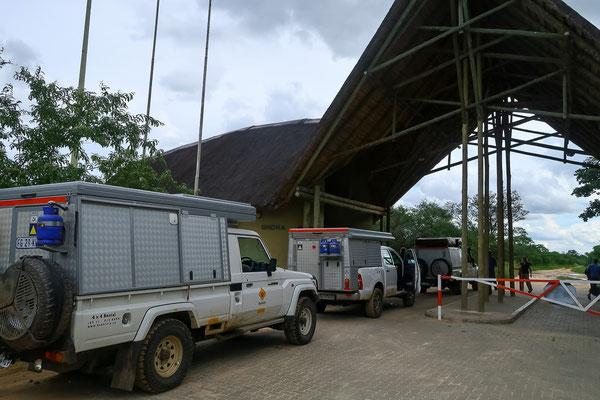 Es geht rein in den Chobe NP durch das Ghoha Gate