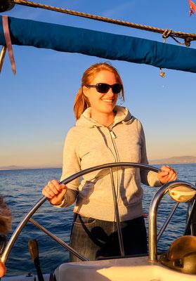 Das Boot sicher wieder in den Hafen gesteuert von Captain Anika