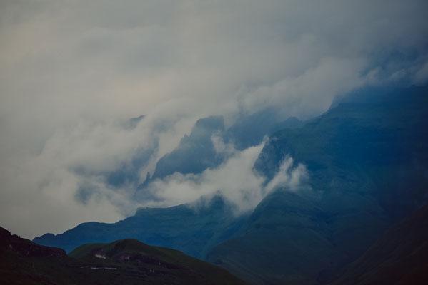 Die Berge eingehüllt in Wolken nach dem Regen