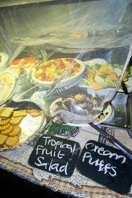 """Buffet-Dinner in der Chobe Safari Lodge, es darf natürlich der """"Tropical Fruit Salad"""" nicht fehlen!"""