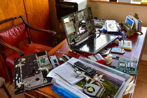 Flos Arbeit wenn Anika ausreitet - Laptop reparieren