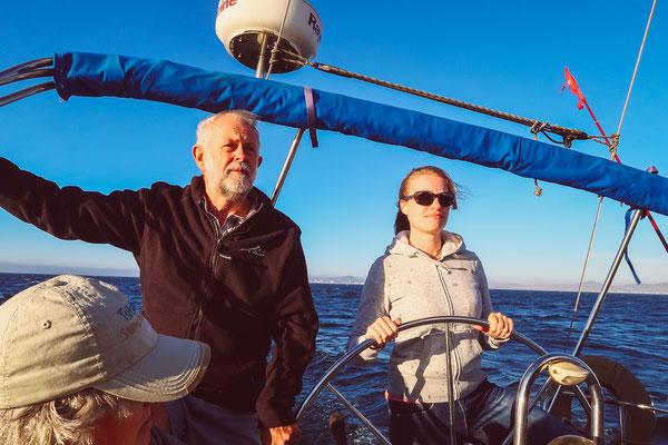 ...gegen die Seekrankheit helfen verantwortungsvolle Aufgaben: Ani am Steuer