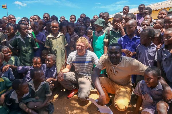 Flo und Arno mit vielen Schulkindern