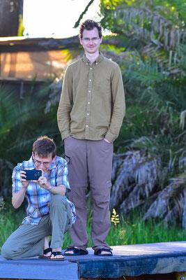 Lukas und Peter warten am Steg auf uns - sie haben eine Bootstour ausgelassen