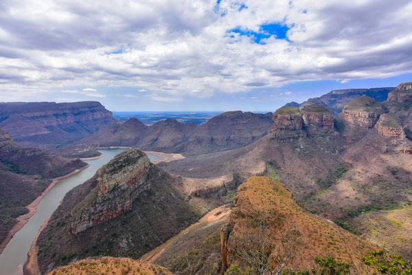 Sicht auf den Blyde Canyon Dam und das Besucherzentrum unten