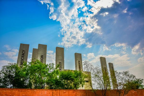 Apartheid-Museum, die sieben Säulen der Verfassung.