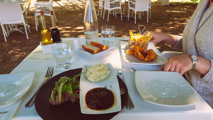 Leckeren Lunch, inkl. Kindermenü-Chicken für Ani (als Ausnahme) :)
