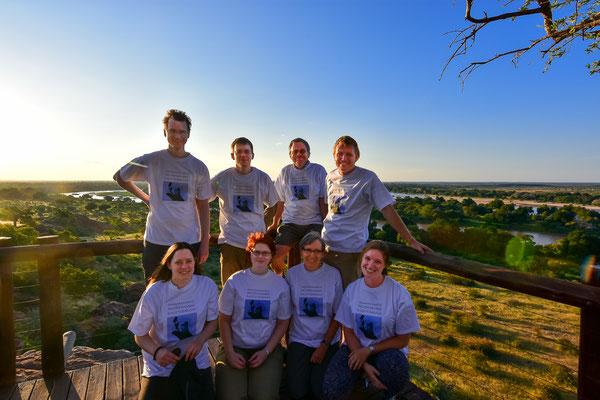 Gruppenfoto mit neuen T-Shirts