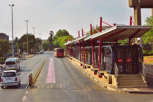 Modernste Busbahnsteige, rollstuhlgängig, inkl. Drehkreuz, klimatisierten (?) Wartezonen und separater Busspur!