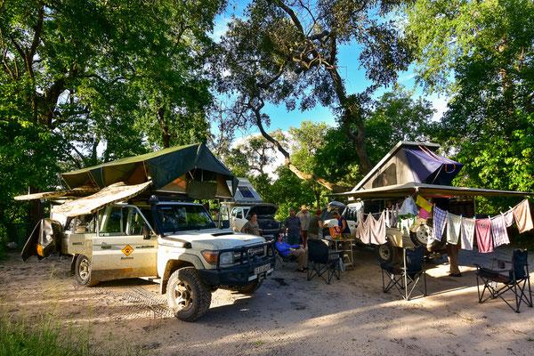 Völlig fertig vom Tag: Camp aufbauen, Sachen trocknen, Autos sortieren