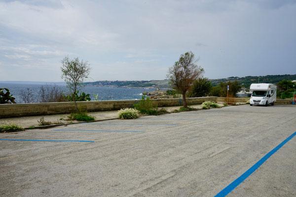 Blaue Parkbuchtmarkierungen