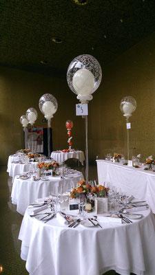 """Elegante Ballondekoration in Kombination mit Blumenschmuck von Petra Vollmann """"Floraldesign"""", in der Grazer Orangerie"""