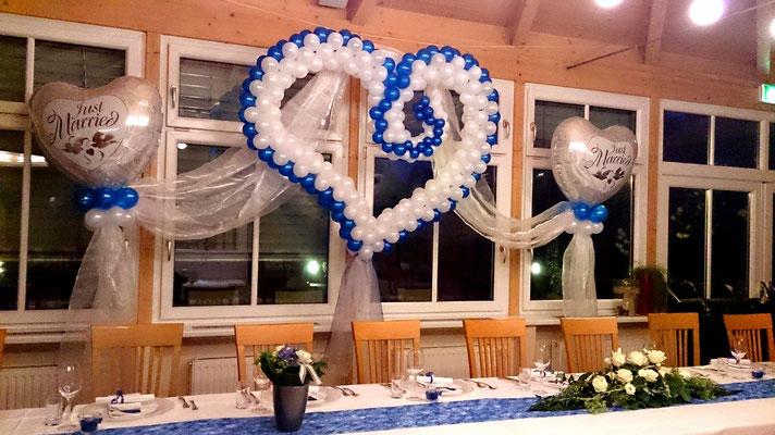 Hängendes Ballonherz im Predingerhof bei Weiz - Hochzeitsdeko Ballons
