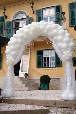 Eleganter Ballonbogen im St. Veiter Schloss - Aiola - Graz - Hochzeitsdeko Ballons