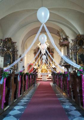 Ballondekoration in Kirche - Hochzeitsdeko aus Ballons