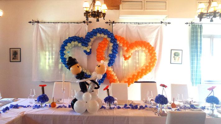 Doppelherz aus Ballons hinter Brauttisch - tanzendes Brautpaar - Hochzeitsdeko aus Ballons