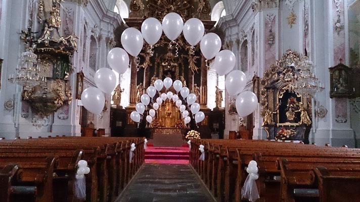 Ballonbogen - heliumgefüllt - in der Kirche Weizberg - Hochzeitsdeko Ballons