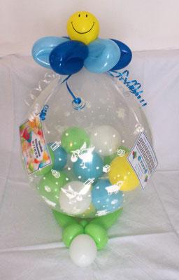 Geschenk zur Geburt eines Babys. Kleine Ballons mit Geldscheinen gefüllt