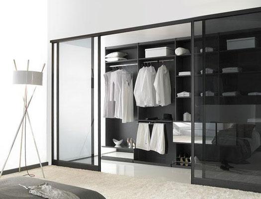 ©Coulidoor, Dressing chic twist et miroir, portes de séparation diamant tandem noir mat modèle intégra, vitre feuilletée fumée noire