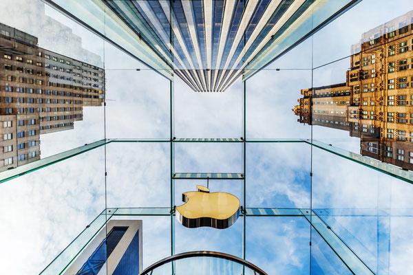 Blick durch den gläsernen Eintrittsbereich des Apple-Stores auf der 5th Avenue