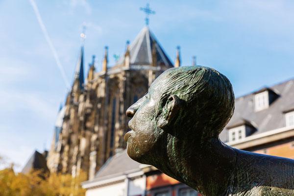 Skulptur vor dem Aachener Dom