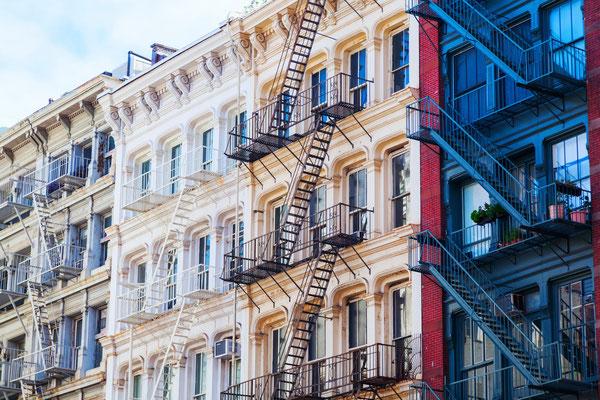 typische Fassade mit Feuerleitern in Soho, NYC