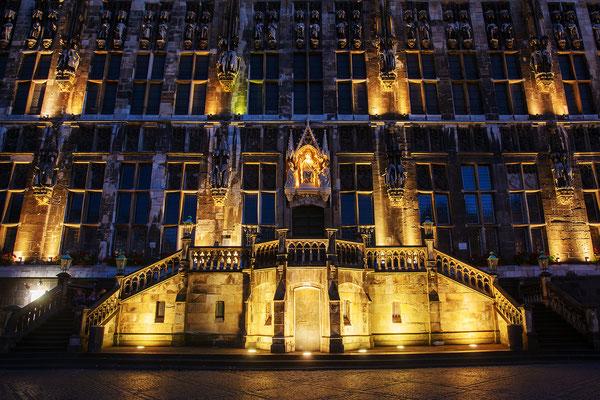 altes Rathaus in Aachen bei Nacht