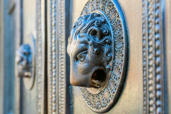 Türknauf am Aachener Dom mit dem Daumen des Teufels