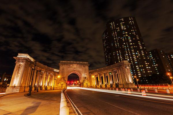 Tor zur Manhattan Bridge bei Nacht